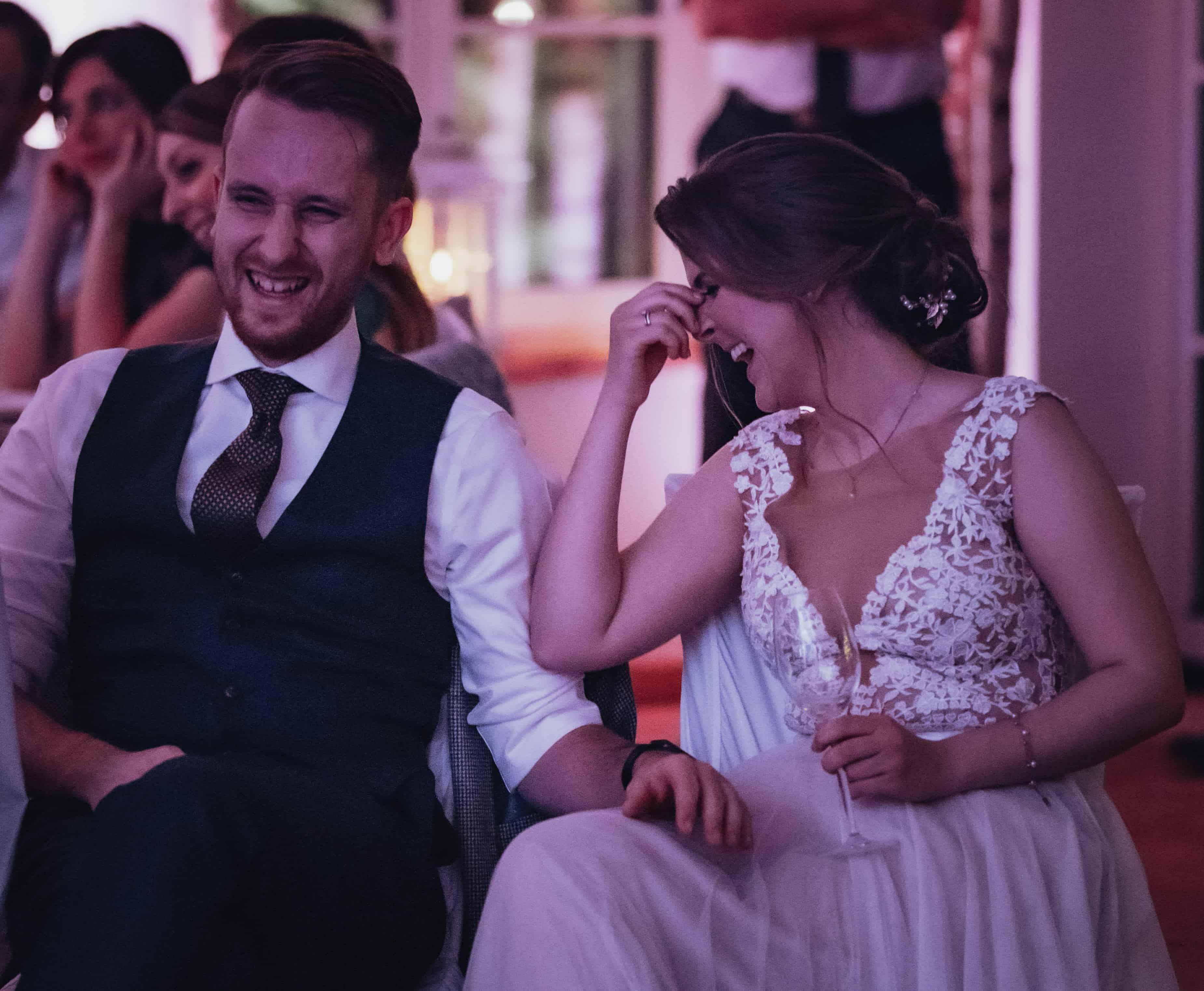 Gerührtes Brautpaar über die EInlagen und Ansprachen am Hochzeitstag