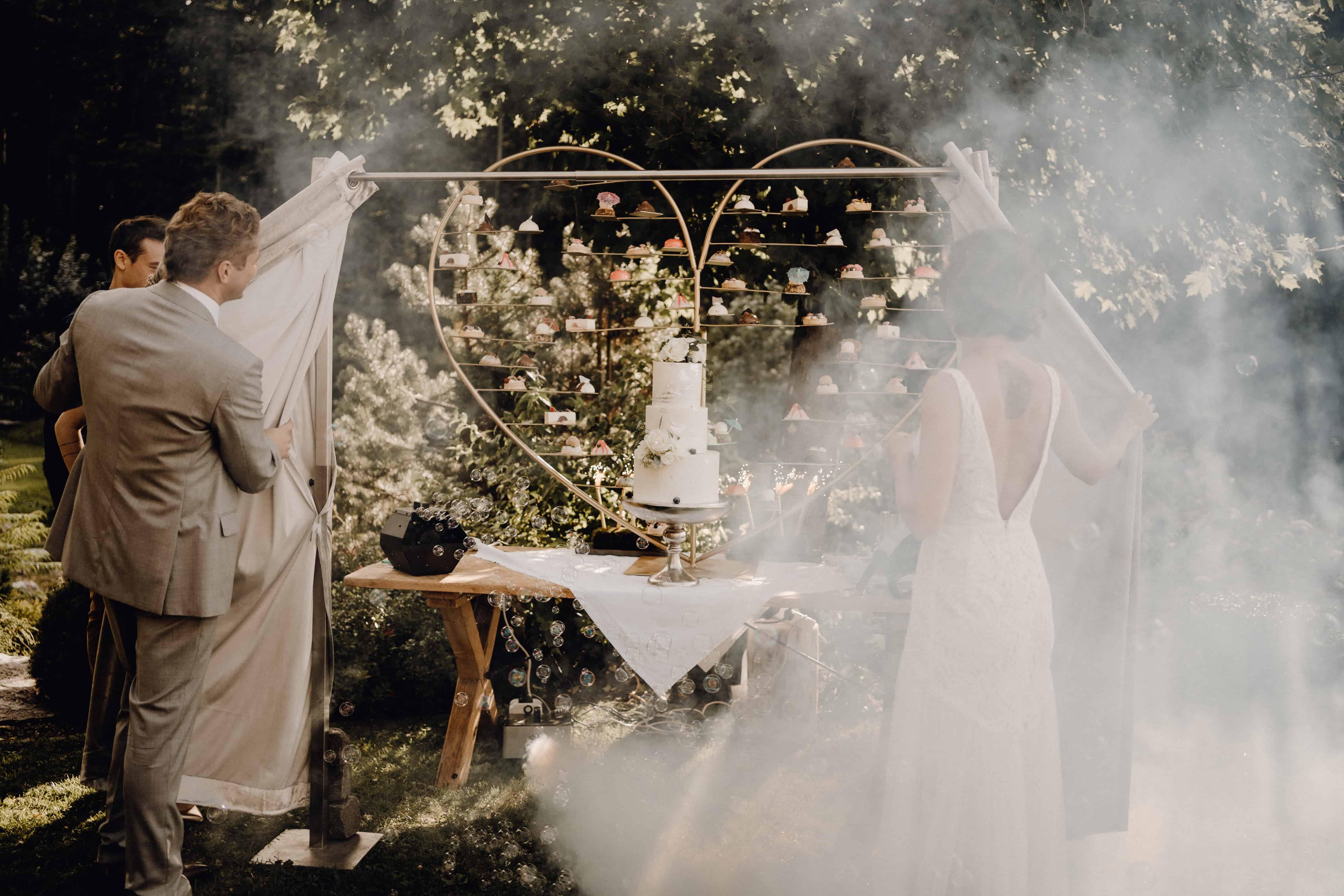 Überraschung für das Brautpaar bei der Präsentation der Hochzeitstorte und vielen weiteren kleiner Törtchen, was für ein besonderer Sweet Table! Hochzeitsplanerin pure passion weddings by Anna Walch