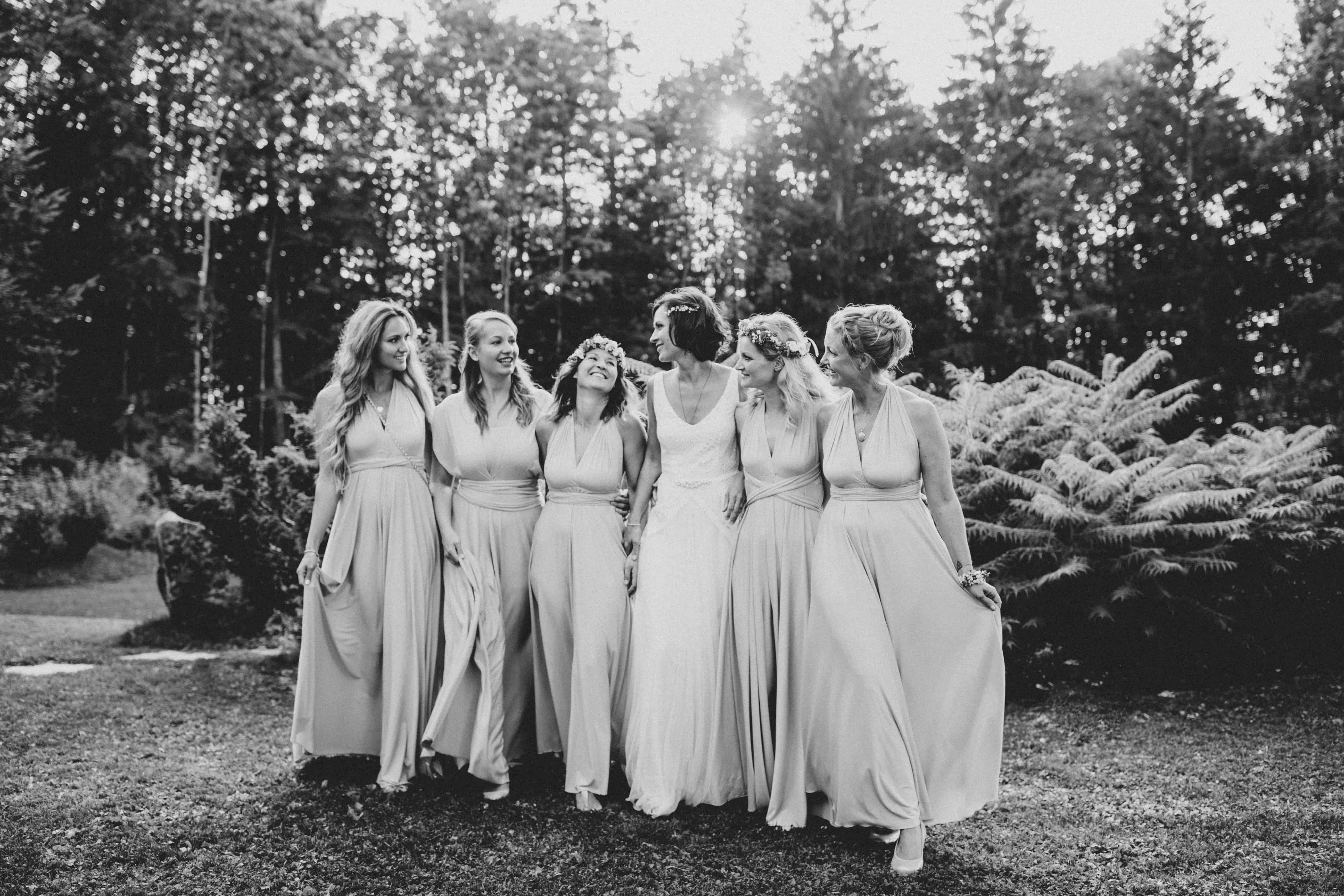 Braut mit Trauzeugin und Brautjungfern, welche alle dasselbe Brautjungfernkleid tragen. Was für eine schöne Herbsthochzeit #teambride Hochzeitsplanung pure passion weddings by Anna Walch