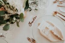 Kupferfarbene Namensschilder und kupferfarbenes Besteck zusammen mit Blütensalz als Gastgeschenk, Fine-Art Menükarten und blushfarbenen Leinenservietten