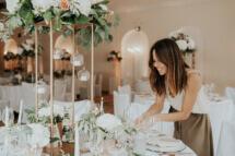 Hochzeitsplanerin Anna von pure passion weddings bei den letzten Vorbereitungen am Hochzeitstag