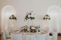 Elegante Tischdekoration bei einer Hochzeit mit einem pompösen Centerpiece in den Farben kupfer weiß blush grün